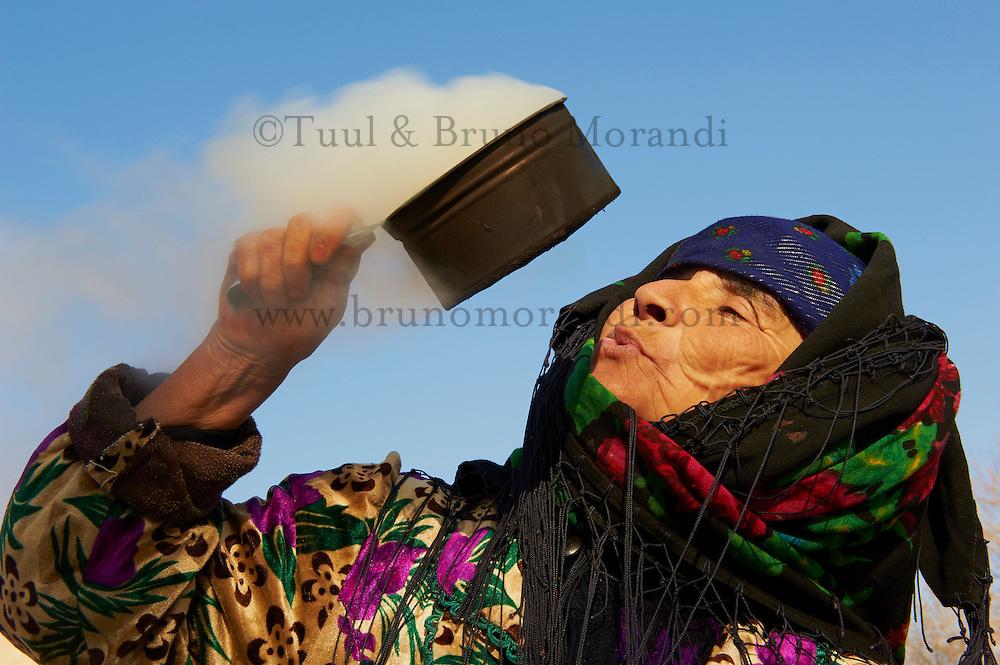 Ouzbekistan, Boukhara, patrimoine mondial de l Unesco, femme soufflant sur des braises pour eloigner les demons // Uzbekistan, Bukhara, Unesco world heritage, Uzbeki woman blowing smoke as a ritual charm to ward away evil