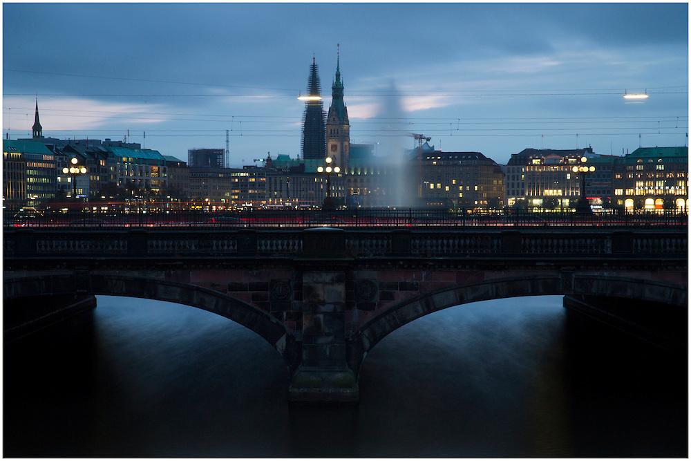 Blick auf die Lombardsbr&uuml;cke und die Skyline der Alster w&auml;hrend Sonnenuntergang<br /> <br /> *** Lombardsbr&uuml;cke and Binnenalster at night in Hamburg on October 23, 2014 ***