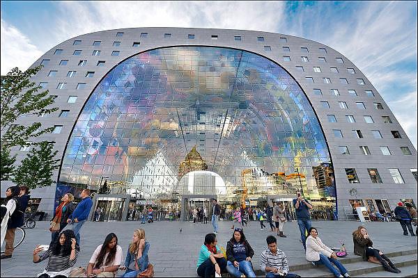 Nederland, the Netherlands, Rotterdam 20-9-2015 In de overdekte markthal kun je veel verschillende culinaire producten kopen en eten. De exotische producten en retsaurants vormen een speeltuin voor de liefhebber van lekker eten. Kleurrijk interieur van de Markthal in Rotterdam, de eerste overdekte marktvloer van Nederland. De markthal is tot winnaar uitgeroepen tijdens de Dag van de Projectontwikkeling. Colorful interior of artistic market hall, winner of various international architecture awards 2015. The artwork on the ceiling, 11,000 m2, is by Arno Coenen. The building is designed by Winy Maas. The city Rotterdam was recently named by the New York Times and travel guide Rough Guide to a mustsee destination. Architect firm MVRDV FOTO: FLIP FRANSSEN/ HH