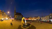 Der Marktplatz in Pilsen mit der gotischen St.-Bartholomäus-Kathedrale und Wasserbrunnen am Abend