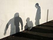 Kinder, Junge, spielen, Schatten, silhouetten, Mauer, wall, shadow, kids, playing, playfull, enfants, ombres, jouer, jeux, foot, football, Fussball,