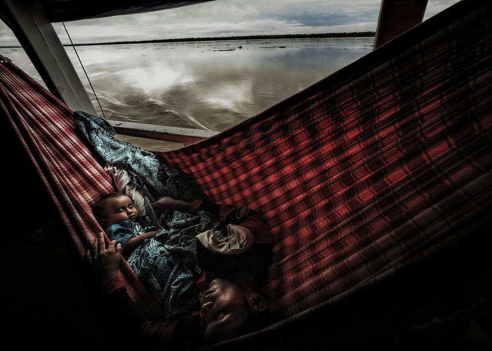 Br&eacute;sil, Amazonas, rio Amazonas.<br /> <br /> Bateau, principal moyen de transport entre deux communautes le long de l'Amazone.