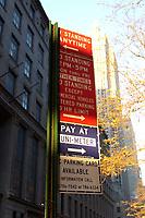 21 NOV 2003, NEW YORK/USA:<br /> Schilder regeln ausfuehrlich  das Parken in Manhatten, New York<br /> IMAGE: 20031121-02-008<br /> KEYWORDS: Parkschild, parken, sign, Auto
