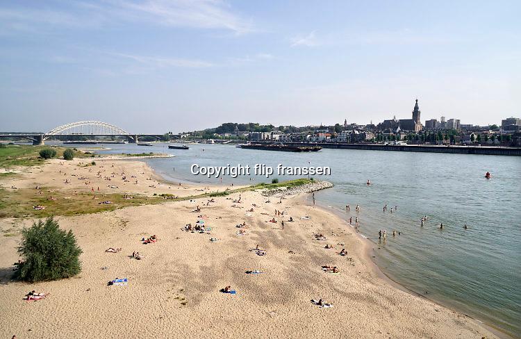 Nederland, nijmegen, 15-9-2016Mensen trekken massaal naar de oevers van de waal in het rivierpark aan de overkant van Nijmegen . Het nieuwe recreatiegebied beleeft haar eerste zomer en blijkt een aanwinst voor de stad en omgeving. Foto: Flip Franssen