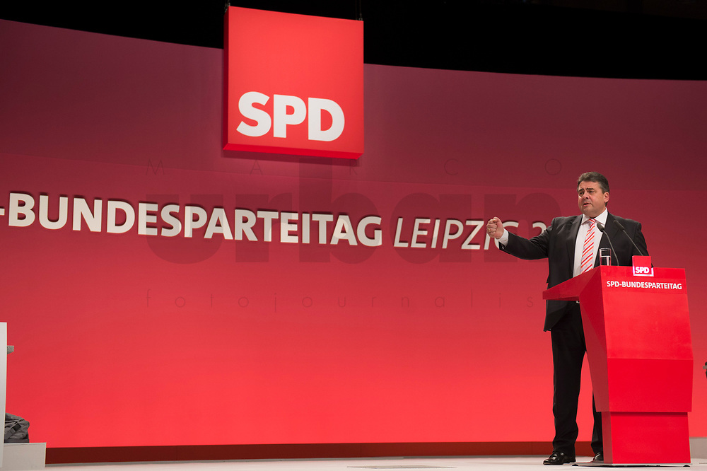 16 NOV 2013, LEIPZIG/GERMANY:<br /> Sigmar Gabriel, SPD Parteivorsitzender, haelt eine Rede waehrend der Debatte zum Leitantrag Kommunalpolitik, SPD Bundesparteitag, Leipziger Messe<br /> IMAGE: 20131116-01-066<br /> KEYWORDS: Party Congress, Parteitag, speech
