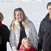 AUD/Lech/20110219 - Fotosessie Nederlandse Koninklijke Familie 2011 op wintersport in Lech, Constantijn, Beatrix, Mabel