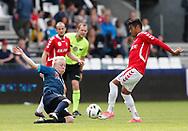 FODBOLD: Mads Aaquist (FC Helsingør) kaster sig ind i en tackling på Allan Sousa (Vejle Boldklub) under kampen i NordicBet Ligaen mellem Vejle Boldklub og FC Helsingør den 21. maj 2017 på Vejle Stadion. Foto: Claus Birch