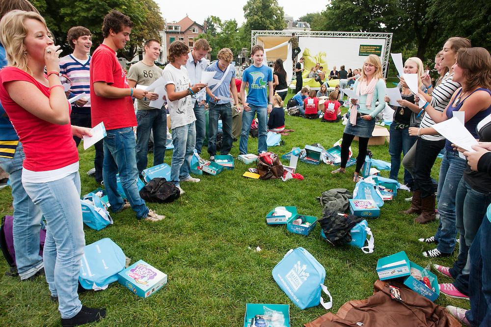 Onder aanvoering van een mentor moet een groep mannelijke studenten een lied tegen een groep vrouwelijk studenten zingen. Vandaag zijn in Utrecht de introductiedagen, onder de noemer UIT, van start gegaan. Eerstejaars studenten maken onder begeleiding van ouderejaars kennis met elkaar en de stad waar ze gaan studeren.<br /> <br /> Students have to sing to each other during the introduction week of the Utrecht University.