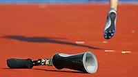hoogspringen met 1 been. De Duitser Heinrich Popow springt met een been over 1.65 meter, na zijn prothese te hebben afgedaan.
