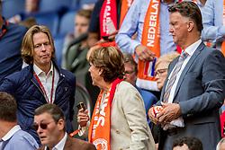 03-09-2017 NED: WK Kwalificatie Nederland - Bulgarije, Amsterdam<br /> Het Nederlands elftal heeft de hoop op deelname aan het WK van volgend jaar in Rusland levend gehouden. Na het echec van Parijs greep Oranje tegen Bulgarije in Amsterdam de laatste strohalm: 3-1 / Huidige directeur van de NOS en toekomstig directeur van Feyenoord Jan de Jong met Louis van Gaal en partner Truus van Gaal-Opmeer