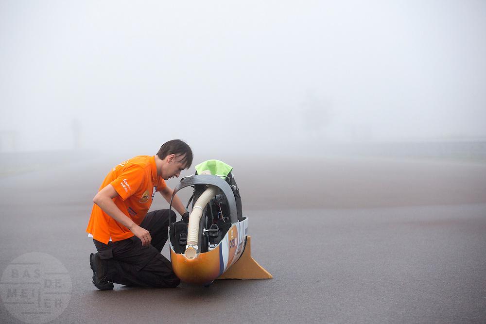 David Wielemaker, oprichter van het Human Power Team, werkt aan de VeloX IV voor de recordpoging. In Duitsland probeert het Human Power Team Delft en Amsterdam (HPT), dat bestaat uit studenten van de TU Delft en de VU Amsterdam, het uurrecord te verbreken op de Dekrabaan met de VeloX4. Dat staat momenteel op 90,4 km. In september wil het HPT daarna een poging doen het wereldrecord snelfietsen te verbreken, dat nu op 133 km/h staat tijdens de World Human Powered Speed Challenge.<br /> <br /> The Human Power Team Delft and Amsterdam, consisting of students of the TU Delft and the VU Amsterdam, tries to set a new hour record on a bicycle with the special recumbent bike VeloX4. The current record is 90,4 km. They also wants to set a new world record cycling in September at the World Human Powered Speed Challenge. The current speed record is 133 km/h.