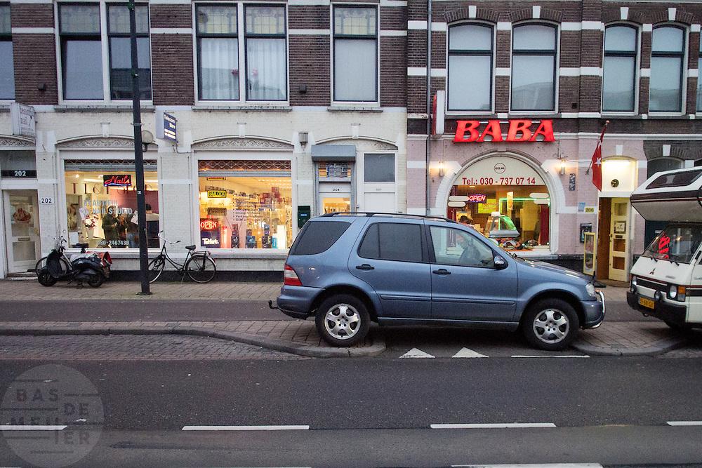 Een auto blokkeert het fietspad terwijl er nog genoeg ruimte is om de auto te parkeren.<br /> <br /> A car is illegally parked on the bike path.