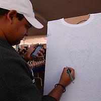 Metepec, México.- En cualquier superficie pueden estampar estos jóvenes con la técnica artística de la aerografía cualquier imagen, caricaturas, símbolos, graffitis, entre otras, utilizando el aerógrafo, que mezcla aire y pigmento prediluido en un solvente que lo proyecta de forma atomizada, pueden estampar desde textiles, plásticos, automóviles y pasteles. Agencia MVT / Crisanta Espinosa