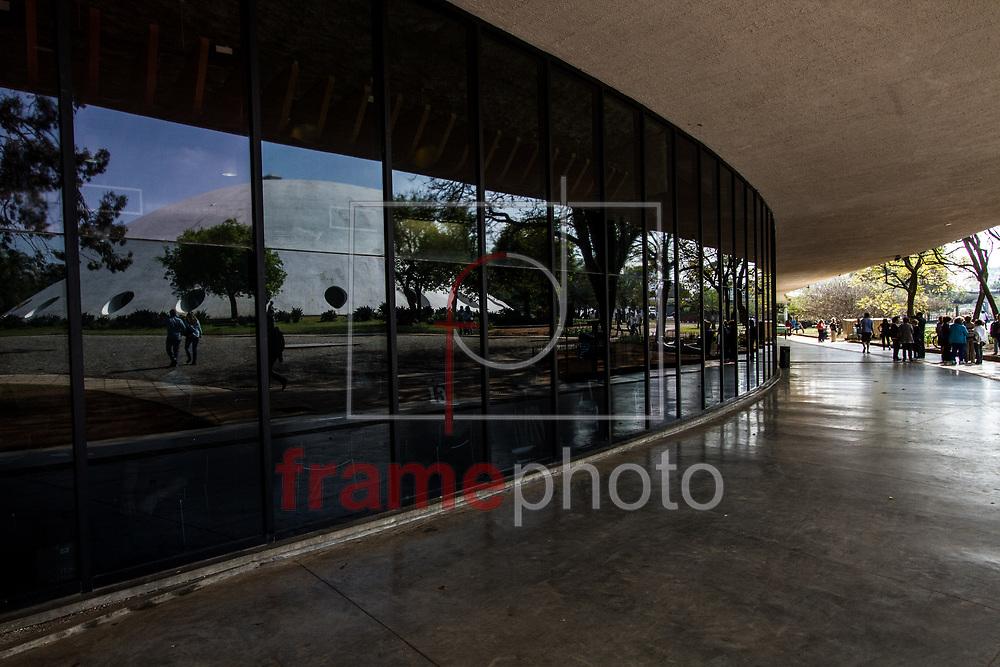São Paulo, 19/08/2014 - Oca refletida no Museu de Arte Moderna (MAM) no Parque do Ibirapuera; principal área verde da cidade de São Paulo completa 60 anos nesta quinta-feira (21). Foto: Carla Carniel/Frame