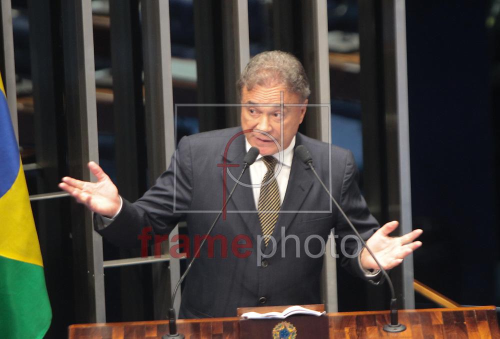Brasilia, 01/04/2014.Senador Alvaro Dias lider do PSDB discursa para o plenario vazio sobre instalacao da CPI da Petrobras, Foto: Joel Rodrigues/FRAME
