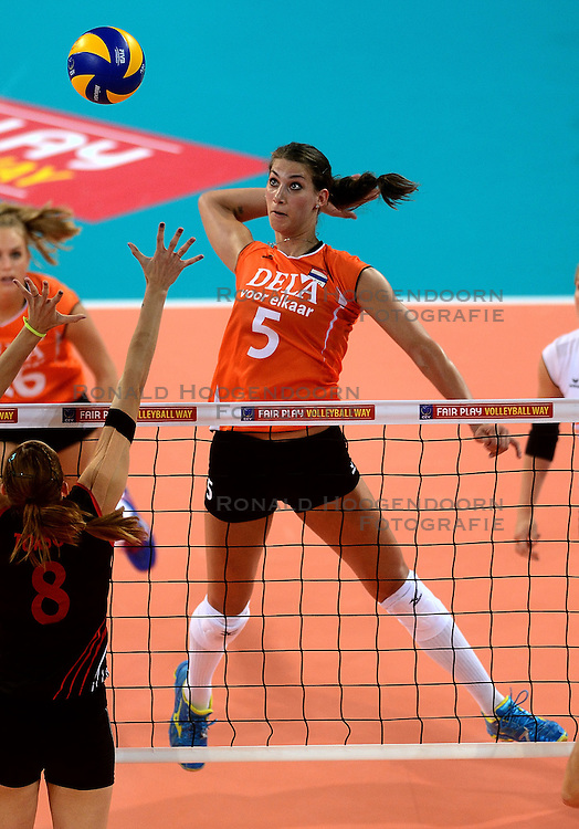 06-09-2013 VOLLEYBAL: EK VROUWEN NEDERLAND - TURKIJE: HALLE<br /> Nederland verliest met 3-2 van Turkije / Robin de Kruijf<br /> &copy;2013-FotoHoogendoorn.nl