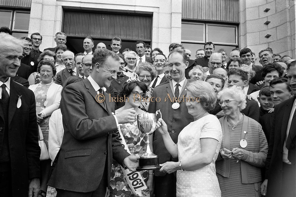 26/07/1967<br /> 07/26/1967<br /> 26 July 1967<br /> Irish Mist Cup presented at Irish National Honey Show at the Franciscan College, Gormanston, Co. Meath. Picture shows Mr John Williams (Left Front) Director, Irish Mist Liqurer Co., presenting the Irish Mist Perpetual Challenge Cup for the supreme extracted honey award to Mrs Joan Ahern, Secretary, Irish National Honey Show, who received the cup on behalf of the winner, Mr T.S. Kingston, Tinoleague, Co. Cork. Also in the picture are Miss Moya Corry, Kidare (Irish National Honey Queen 1967) and Mr. James Doran, President, Federation of Irish Beekeepers.