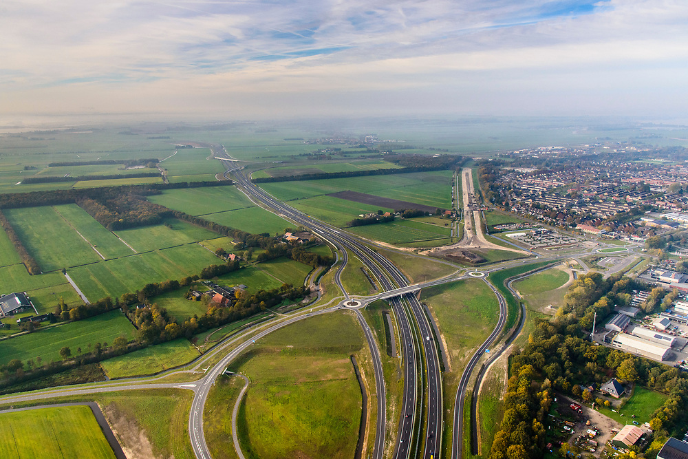 Nederland, Friesland, Joure, 04-11-2018; het nieuwe knooppunt Joure (kruising A6 met A7) ) vervangt het oude verkeersplein. Restanten van het zandlichamen van de oude rotonde nog zichtbaar.<br /> The new junction Joure replaces the old traffic square.<br /> luchtfoto (toeslag op standaard tarieven);<br /> aerial photo (additional fee required);<br /> copyright © foto/photo Siebe Swart