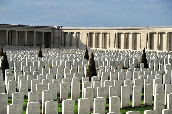 Frankrijk, Pozieres, 12-5-2013Pozières werd door de 1st Australian en 48th Divisions ingenomen op 24 juli 1916. Op 24-25 maart 1918 werd het door de Duitsers opnieuw veroverd tijdens het Duitse lenteoffensief, maar op 24 augustus 1918 kwam het terug in Britse handen. De oorspronkelijke graven zijn van slachtoffers van gevechtstroepen die onmiddellijk begraven zijn tijdens de gevechten van 1916, 1917 en 1918 en van overledenen uit de hulpposten. Na de wapenstilstand werden nog gesneuvelden uit de omliggende slagvelden en enkele ontruimde begraafplaatsen naar hier overgebracht, totaal 2760 graven.Slagvelden aan de Somme in Noord Frankrijk, (de Artois en Picardie). Het slagveld bevindt zich ruwweg in de driehoek gevormd door de Franse steden Albert, Bapaume en Péronne. Naast vele goed onderhouden begraafplaatsen, met herinneringen aan honderdduizenden soldaten van alle betrokken nationaliteiten, zijn er monumenten en musea. Foto: Flip Franssen/Hollandse Hoogte