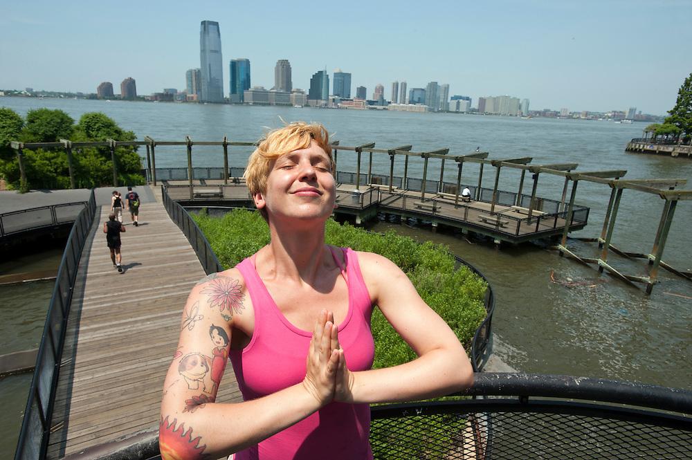 Yvonne Adamek in einem Zen-artigen Garten in Battery Park City, downtown Manhattan...Yoga in New York..Foto: Stefan Falke