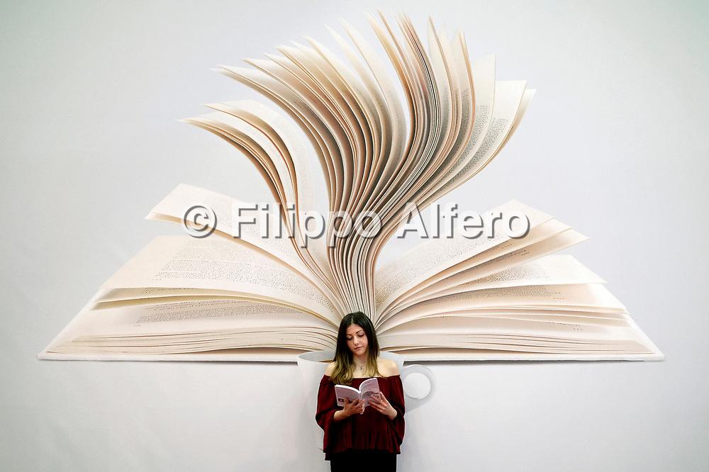 &copy; Filippo Alfero<br /> Salone del Libro 2017<br /> Torino, 18/05/2017<br /> Nella foto: vitainsalto, una lettrice