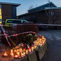 Kristiansand  20161206.<br /> Blomster er satt ned ved Wilds Minne skole der en kvinne og en gutt ble knivstukket mandag og d&oslash;de senere av skadene.<br /> Foto: Tor Erik Schr&oslash;der / NTB scanpix