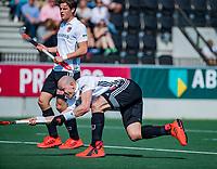 AMSTELVEEN - Justin Reid-Ross (Adam) met Boris Burkhardt (Adam)  tijdens  de hoofdklasse competitiewedstrijd hockey heren,  Amsterdam-SCHC (3-1).  COPYRIGHT KOEN SUYK