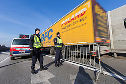22.03.2018, Grenzübergang, Kufstein, AUT, LKW-Blockabfertigung, im Bild Polizisten zählen die vorbeifahrenden LKW´s // during truck block dispatch measurements at the border from Germany to Austria in Kufstein, Austria on 2018/03/22. EXPA Pictures © 2018, PhotoCredit: EXPA/ Jakob Gruber