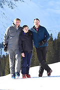 Fotosessie met de koninklijke familie in Lech /// Photoshoot with the Dutch royal family in Lech .<br /> <br /> Op de foto/ On the photo: Koning Willem Alexander, Prins Constantijn , graaf Claus-Casimir  ///// King Willem Alexander, Prince Constantine , Count Claus-Casimir  <br /> Koning Willem Alexander en neef Claus Casimir doen een photobomb / King Willem Alexander and cousin Claus Casimir do a photobomb