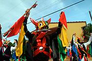 Las celebraciones del Corpus Christi en la Villa de Los Santos, tienen vigencia desde los tempranos d&iacute;as de la colonia. Aunque se trata de una fiesta religiosa, las celebraciones en esta localidad tienen tambi&eacute;n un car&aacute;cter folcl&oacute;rico, al combinar la tradicional procesi&oacute;n con danzas y costumbres locales, La Asociaci&oacute;n Rescate de Danzas &quot;Miguel Legu&iacute;zamo&quot; ha promovido la conservaci&oacute;n de estas tradiciones y el estudio de sus origenes.<br /> <br /> La Villa de Los Santos, mantiene una historia interesante desde mucho antes de su fundaci&oacute;n, ya que hacia 1515, el Licenciado Gaspar de Espinoza visit&oacute; por primera vez las tierras sante&ntilde;as que durante la colonia fue Alcald&iacute;a Mayor y depositaria de alguna riqueza colonial, cuando la tom&oacute; el pirata ingl&eacute;s Townley. Para el siglo XVII se establecieron varias familias espa&ntilde;olas procedente de Nat&aacute; de los Caballeros y existen datos de que en 1589 se da una migraci&oacute;n de sante&ntilde;os hacia el sur de la pen&iacute;nsula de Azuero, dando como resultado la fundaci&oacute;n de nuevas poblaciones tales como Las Tablas, Pocr&iacute;, Pedas&iacute; entre otras.<br /> <br /> La Villa de Los Santos en la actualidad se constituye como una de las ciudades donde la conservaci&oacute;n de los elementos raizales y tradicionales, como lo es el caso del Corpus Christi es de suma importancia en la vida de la comunidad. Estos son algunos de los aspectos m&aacute;s conocidos sobre las primeras manifestaciones de esta festividad religiosa en las tierras sante&ntilde;as.<br /> <br /> Una demostraci&oacute;n clara que desde la fundaci&oacute;n de La Villa de Los Santos (1569) hasta la instalaci&oacute;n del templo (1782) pasan varios a&ntilde;os en los que la catequizaci&oacute;n debi&oacute; haberse dado sin una estructura hasta el levantamiento de lo que es hoy d&iacute;a la Iglesia de San Atanasio de la Villa de Los Santos