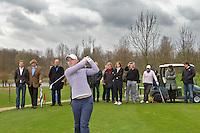 VLAARDINGEN - Persconferentie Ladies Open.  Christel Boeljon doet het voor op hole 16. .  COPYRIGHT KOEN SUYK