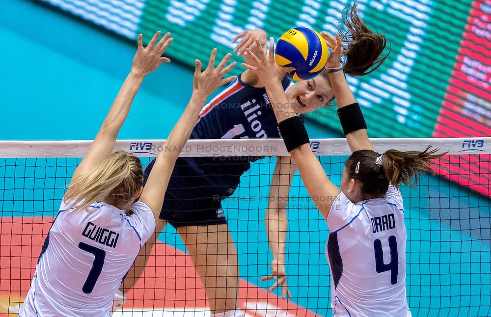 20-05-2016 JAP: OKT Italie - Nederland, Tokio<br /> De Nederlandse volleybalsters hebben een klinkende 3-0 overwinning geboekt op Italië, dat bij het OKT in Japan nog ongeslagen was. Het met veel zelfvertrouwen spelende Oranje zegevierde met 25-21, 25-21 en 25-14 / Anne Buijs #11