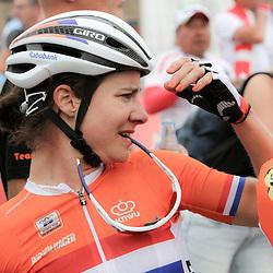 27-09-2014: Wielrennen: WK weg vrouwen: Ponferrada<br /> WIELRENNEN PONFERRADA SPAIN ROAD RACE WOMEN <br /> Marianne Vos kijkt naar het scherm om te kijken wie er nu kampioen werd