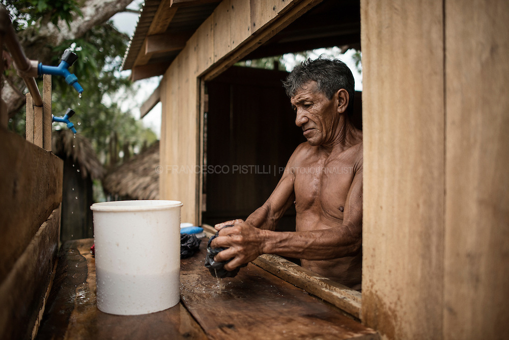 A man is washing his clothes. Guaranatuba. The Sateré-Mawé language is part of the Tupi linguistic branch. According to ethnographer Curt Nimuendaju (1948), it differs from the Guarani-Tupinambá. Pronunciations are the same as those of the Curuaya-Munduruku language, and the grammar is, it seems, Tupi. But the Mawé vocabulary contains elements that are entirely different from Tupi, and cannot be related to any other linguistic family. Today most Sateré-Mawé are bilingual, they speak their own language and Portuguese.