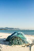 Rede de pesca sobre a areia na Praia de Ponta das Canas. Florianópolis, Santa Catarina, Brasil. / Fishing net on the sand at Ponta das Canas Beach. Florianopolis, Santa Catarina, Brazil.