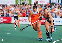 AMSTELVEEN - Malou Pheninckx (Ned) met Viktoria Huse (Ger)   tijdens de halve finale  Nederland-Duitsland van de Pro League hockeywedstrijd dames. COPYRIGHT KOEN SUYK