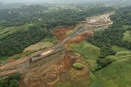 La fragmentación de hábitat es un proceso de cambios ambientales importante para la evolución y biología de la conservación. Como su nombre implica, describe la aparición de discontinuidades (fragmentación) en el medio ambiente de un organismo (hábitat). <br /> <br /> La fragmentación de hábitat puede ser causada por procesos geológicos que lentamente alteran la configuración del medio ambiente físico, o por actividades humanas, como por ejemplo, la conversión de tierras, lo cual puede alterar el medio ambiente de una forma mucho más rápida en la escala de tiempo. Se considera que los procesos geológicos sean una de las principales causas de especiación (fundamentalmente la especiación alopátrica), mientras que las actividades humanas estarían implicadas en la extinción de muchas especies.<br /> <br /> ©Alejandro Balaguer/Fundación Albatros Media.