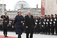 30 OCT 2006, BERLIN/GERMANY:<br /> Angela Merkel (L), CDU, Bundeskanzlerin, und Jaroslaw Kaczynski (R), Ministerpraesident Polen, waehrend der Begruessung des Staatsgastes mit militaerischen Ehren, Ehrenhof, Bundeskanzleramt<br /> IMAGE: 20061030-01-022<br /> KEYWORDS: militärische Ehren, Wachbatailon der Bundeswehr, Soldaten, Marine, Reichstag