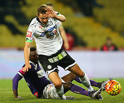 02.12.2015, Generali Arena, Wien, AUT, 1. FBL, FK Austria Wien vs SK Puntigamer Sturm Graz, 18. Runde, im Bild Olarenwaju Ayobami Kayode (FK Austria Wien) und Roman Kienast (SK Puntigamer Sturm Graz) // during Austrian Football Bundesliga Match, 18th Round, between FK Austria Vienna and SK Puntigamer Sturm Graz at the Generali Arena, Vienna, Austria on 2015/12/02. EXPA Pictures © 2015, PhotoCredit: EXPA/ Thomas Haumer