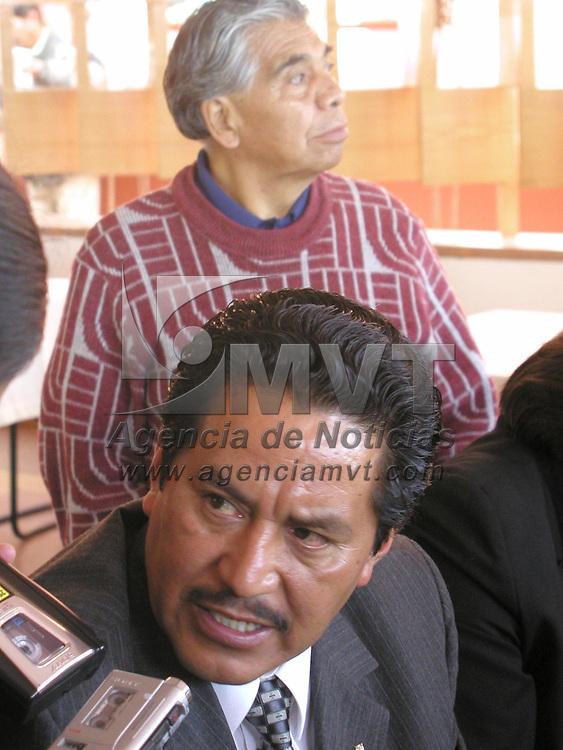 Toluca, M&eacute;x.- El Lic. Julio Hugo Miranda, represante legal de los habitantes del poblado de San Miguel Ameyal en el municipio de Lerma, present&oacute; una denuncia ante la legislatura local, en la cual se acusa de invasi&oacute;n sistem&aacute;tica de tierras. Agencia MVT / Arturo Rosales Ch&aacute;vez. (FILM)<br /> <br /> NO ARCHIVAR - NO ARCHIVE
