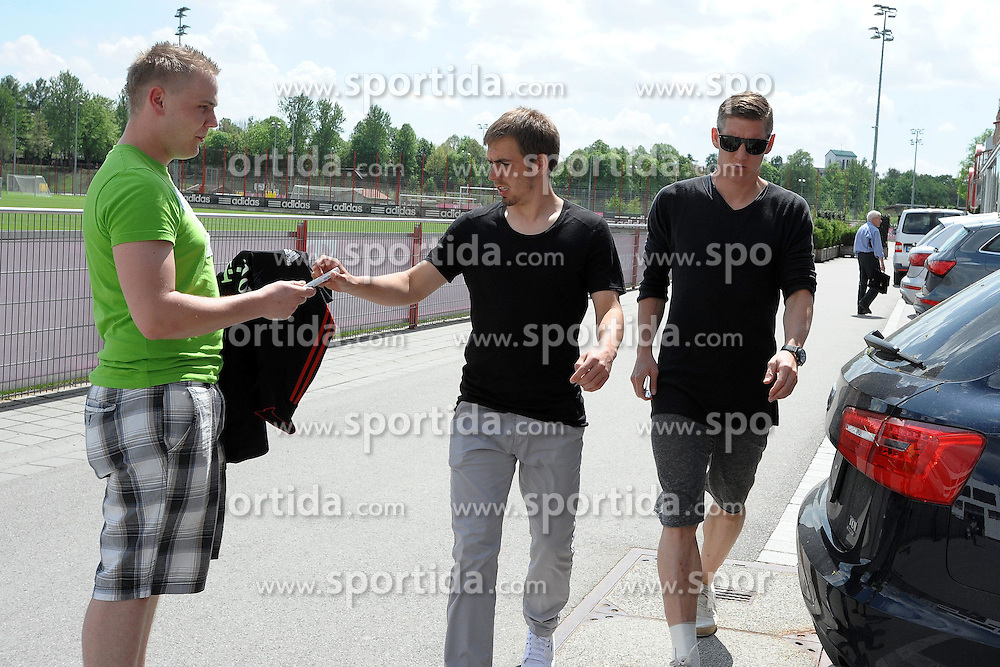 08.05.2013, Saebener Strasse, Muenchen, GER, 1. FBL, FC Bayern Muenchen, Training, im Bild Philipp LAHM (FC Bayern Muenchen) und Bastian SCHWEINSTEIGER (FC Bayern Muenchen) auf dem Weg ins Geschaeftsgebaeude an der Saebener Strasse // during a Trainingssession of the German Bundesliga Club FC Bayern Munich at the Saebener Strasse, Munich, Germany on 2013/05/08. EXPA Pictures © 2013, PhotoCredit: EXPA/ Eibner/ Wolfgang Stuetzle..***** ATTENTION - OUT OF GER *****