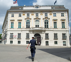 THEMENBILD - Polizist vor dem österreichischen Bundeskanzleramt. Aufgenommen am 10.05.2016 in Wien, Österreich // A Police Officer in front of the Austrian Federal Chancellery in Vienna. Austria on 2016/05/10. EXPA Pictures © 2016, PhotoCredit: EXPA/ Michael Gruber