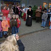 NLD/Huizen/20060201 - Koninging Beatrixschool Huizen viert jubileum met een bezoek van een nep Beatrix