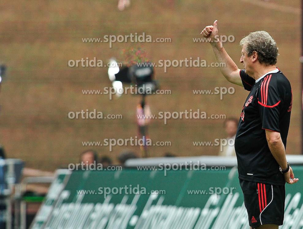 24.07.2010, Fritz-Walter Stadion, Kaiserslautern, GER, 1. FBL, Friendly Match, 1.FC Kaiserslautern vs FC Liverpool, im Bild Roy HODGSON (Trainer Liverpool) zeigt es an. Eins zu Null verloren, EXPA Pictures © 2010, PhotoCredit: EXPA/ nph/  Roth+++++ ATTENTION - OUT OF GER +++++ / SPORTIDA PHOTO AGENCY