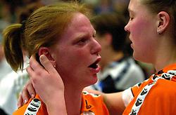 15-04-2001 VOLLEYBAL: ARKE POLLUX - SLIEDRECHT SPORT: DEN BOSCH<br /> Arke Pollux wint de bekerfinale met 3-2 / Diane Rademaker en Kitty Sanders<br /> &copy;2001-WWW.FOTOHOOGENDOORN.NL