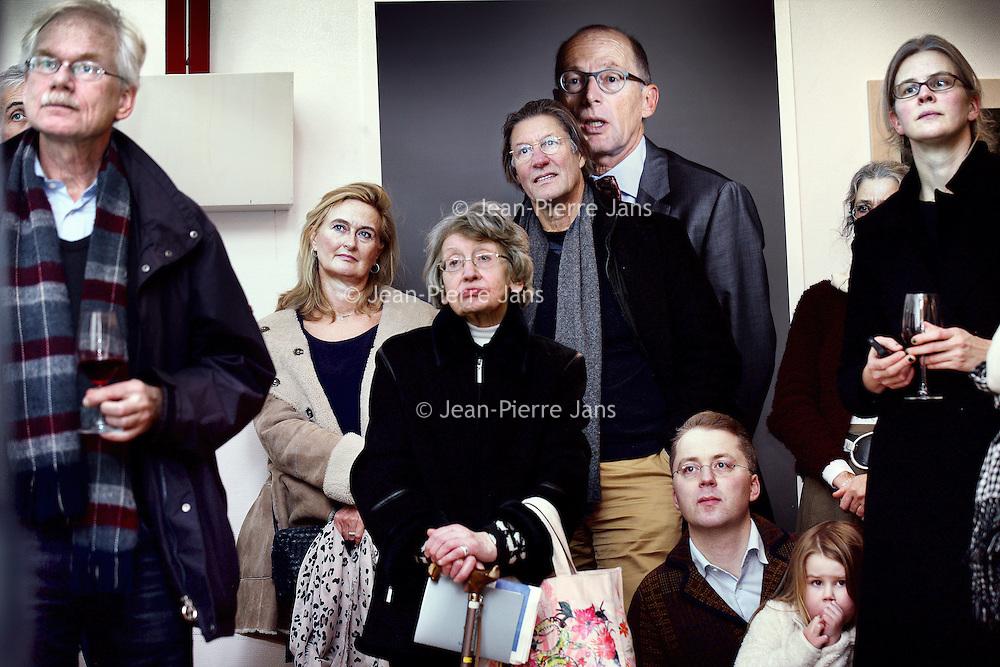 """Nederland, Amsterdam , 11 januari 2014.<br /> opening van de expositie van Koos Breukel in de Valeriuskliniek.<br /> Nu de verhuizing van de Valeriuskliniek naar De Nieuwe Valerius een feit is, heeft portretfotograaf Koos Breukel een unieke portretserie van cliënten en (ex-)medewerkers van de Valeriuskliniek gemaakt. Uit al deze foto's wordt een selectie gemaakt voor een expositie in de Valeriuskliniek in het najaar. Daarnaast krijgt de expositie waarschijnlijk een plek in het museum voor psychiatrie in Haarlem, Het Dolhuys.<br /> De tentoonstelling schenkt aandacht aan zowel het vertrek van GGZ inGeest uit de Valeriuskliniek als ook aan de mens, de psyche en de portretkunst. Met de fotoserie belicht Breukel een belangwekkend stuk Amsterdamse geschiedenis, geeft hij de laatste periode van de rijke historie van de Valeriuskliniek een gezicht en markeert hij het moment van vertrek door middel van het portretteren van de laatste bewoners. Breukel opereert aan de top van de Nederlandse portretfotografie en is onder meer bekend van de staatsieportretten van koning Willem-Alexander en koningin Maximá. Breukel heeft zijn sporen ook verdiend met projecten waarin de kracht van zijn portret in humane projecten centraal stonden.Na een wat aarzelende start, was de animo voor het project uiteindelijk overweldigend. Coördinator kunstzaken Joke Stoute vertelt enthousiast: """"Aanvankelijk kwamen de mensen die op de foto wilden binnendruppelen , maar al snel liep het storm. We konden de toeloop nog maar net aan. Cliënten, medewerkers, het was fantastisch om te zien met hoeveel plezier iedereen voor de camera verscheen."""" En iedereen die meedeed, heeft een foto van zichzelf meegekregen, met een handtekening van Koos Breukel.""""<br /> Op de foto: Bezoekers van de expostie luisteren naar de toespraken.<br /> Foto:Jean-Pierre Jans"""