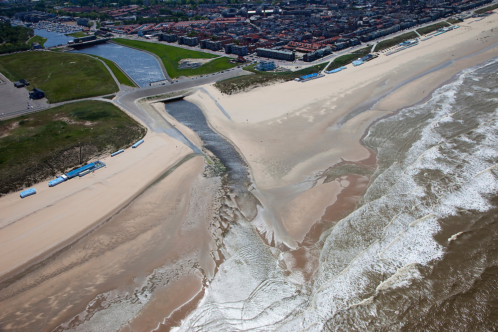 Nederland, Zuid-Holland, Katwijk, 12-05-2009; Katwijk aan de Rijn met uitwateringskanaal. Het kanaal vervangt de oorspronkelijke monding van de rivier omdat deze verzand is. Het kanaal is noodzakelijk voor de afvoer van rivier- en regenwater <br /> Swart collectie, luchtfoto (25 procent toeslag); Swart Collection, aerial photo (additional fee required)<br /> foto Siebe Swart / photo Siebe Swart