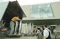 27 APR 2001, BERLIN/GERMANY:<br /> Mitarbeiter der Firma Grohmann bringen Umzugsgut in das neue Bundeskanzleramt<br /> IMAGE: 20010427-01/02-36<br /> KEYWORDS: Kanzleramt, Umzug, Karton, Arbeiter