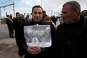 Le collegue et ami de Chokri Belaid, Hedi Labidi, rends  hommage à Chokri Belaid. Plus de 40.000 personnes lui rendent un hommage ce 8 fevrier 2013 et manifestent au même moment contre la violence politique en Tunisie et contre Ennarda