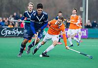 BLOEMENDAAL - Alexander Hendrickx (Pinoke) met Roel Bovendeert (Bldaal)  tijdens de competitie hoofdklasse hockeywedstrijd heren, Bloemendaal-Pinoke (3-2)   COPYRIGHT KOEN SUYK